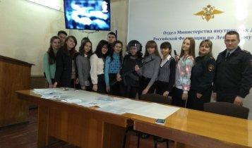 Полицейские Ленинского района ознакомили школьников со спецификой службы в полиции