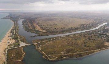 В Керчи продолжается добыча песка с дамбы наполненной токсичными отходами